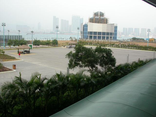 Pleintje met in de verte de skyline van Kowloon